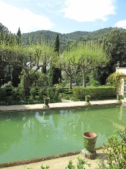 Jardin dit Serre de la Madone - English: Pool of the jardin des Serres de la Madone in Menton (Alpes-Maritimes, France), looking west.