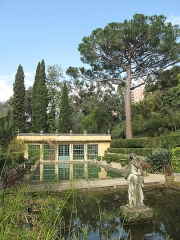 Jardin dit Serre de la Madone - English: Pool and greenhouse of the jardin des Serres de la Madone in Menton (Alpes-Maritimes, France), looking north with a stone pine.