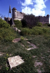 Fort du Mont-Alban - English: Triangulation station on Mont Alban, Nizza/Nice, France. On exposed stations like this, the ground mark is supplemented by an elevated pyramid mark, which can always be used as target from remote points.