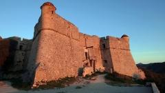 Fort du Mont-Alban - Français:   Le Fort du Mont Alban à Nice. Face est éclairée au lever du Soleil.