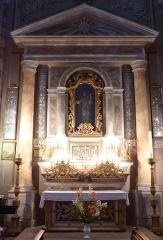 Eglise - Français:   La Turbie (Alpes-Maritimes, France), église St Michel-Archange, intérieur; chapelle du Rosaire (deuxième à droite en entrant), autel-retable  incorporant cinq vitrines d\'ex-voto et paire de chandeliers, tous inscrits en tant que M.H..