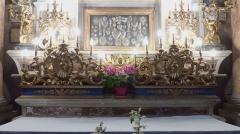 Eglise - Français:   La Turbie (Alpes-Maritimes, France), église St Michel-Archange, intérieur; chapelle du Rosaire, sur les gradins d\'autel: au premier plan 2 pyramides (candélabres)aux cœurs ardents, derrière 2 anges portes cierges et au-dessus vitrine avec cœurs ex-voto.