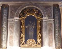 Eglise - Français:   La Turbie (Alpes-Maritimes, France), église St Michel-Archange, intérieur; chapelle du Rosaire (deuxième à droite en entrant), niche du retable contenant une Vierge à l\'Enfant, flanquée de deux longues vitrines contenant des ex-voto, essentiellement des cœurs de dévotion.