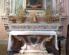 Eglise - Français:   La Turbie (Alpes-Maritimes, France), église St Michel-Archange, intérieur; chapelle de la Vierge de Miséricorde (troisième à droite en entrant), autel avec deux pyramides (petits candélabres).