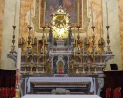 Eglise - Français:   La Turbie (Alpes-Maritimes, France), église St Michel-Archange, intérieur; maître-autel et sa garniture: 14 chandeliers, 2 anges portes-flambeaux, 1 croix d\'autel.