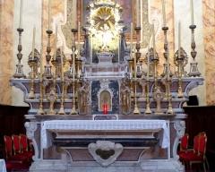 Eglise - Français:   La Turbie (Alpes-Maritimes, France), église St Michel-Archange, intérieur; maître-autel et sa garniture: 14 chandeliers, 2 anges portes-flambeaux, 1 croix d\'autel, et cinq paires de reliquaires-monstrances.