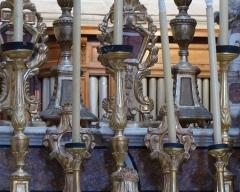 Eglise - Français:   La Turbie (Alpes-Maritimes, France), église St Michel-Archange, intérieur; sur les gradins du maître-autel cinq paires de reliquaires-monstrances.