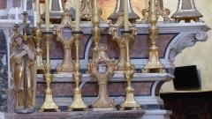 Eglise - Français:   La Turbie (Alpes-Maritimes, France), église St Michel-Archange, intérieur; sur les gradins du maître-autel reliquaires-monstrances et chandeliers dont un ange porte-flambeau.
