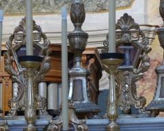 Eglise - La Turbie (Alpes-Maritimes, France), église St Michel-Archange, intérieur; sur les gradins du maître-autel cinq paires de reliquaires-monstrances.