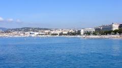 Hôtel Carlton -  Cannes Francja -  widok wybrzeża z nowego portu, po prwawej Hotel Carlton.