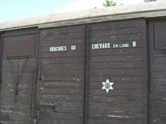 Tuilerie des Milles, ancien camp d'internement -  Lager Les Milles bei Aix-en-Provence. Gedenkwaggon: ein Viehtransporter zum Abtransport von Juden.
