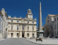 Obélisque antique - English: Arles, Place de la Republique, looking north; left: Hôtel de Ville; centre: Fountain with Obelisk; right: Portal of St. Trophime