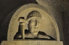 Abbaye Saint-Victor - Català: Làpida sepulcral de l'abat Isarn a la cripta de l'abadia de Sant Victor de Marsella (segle XI)