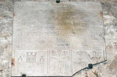 Abbaye Saint-Victor -  Plaque funéraire de la moitié du XIIIe siècle de Hugues de Glazinis située dans les cryptes de l'abbaye de Saint-Victor à Marseille.