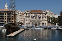 Hôtel de ville - English: The town hall of Marseille, with the boat restaurant Le Marseillois on the left (Bouches-du-Rhône, France)