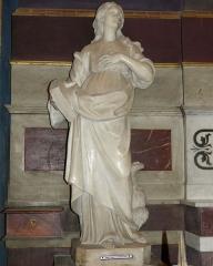 Eglise Saint-Martin (partie ancienne et partie récente) - Saint-Rémy-de-Provence (Bouches-du-Rhône, France), collégiale Saint Martin, intérieur; premier autel depuis l'entrée du côté sud, celui des Défunts; statue en marbre représentant St Jean l'Évangéliste due à un des Péru, dynastie de sculpteurs et architectes d'Avignon: Jean Péru (1643-1723), Pierre Péru (1649-1723), Jean-Baptiste Ier Péru (1676-1744) et Jean-Baptiste II Péru (1707-1790).