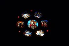 Eglise collégiale Notre-Dame dite aussi collégiale Saint-Marcel - Deutsch: Katholische Pfarrkirche Notre-Dame-de-l'Assomption in Barjols, einer Gemeinde im Département Var in der französischen Region Provence-Alpes-Côte d'Azur, Bleiglasfenster, Darstellung: hl. Joseph (links), Jesuskind (rechts)