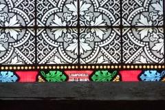 Eglise collégiale Notre-Dame dite aussi collégiale Saint-Marcel - Deutsch: Katholische Pfarrkirche Notre-Dame-de-l'Assomption in Barjols, einer Gemeinde im Département Var in der französischen Region Provence-Alpes-Côte d'Azur, Bleiglasfenster, Darstellung: Erzengel Michael (Ausschnitt mit Signatur unten: C.CHAMPIGNEULLE BAR-LE-DUC 1879)
