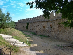 Vestiges du château - English: View from the open-air theatre of ramparts in the mediaeval village of Grimaud, France