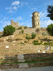Vestiges du château - English: The castle with in the front, the open-air theatre in the mediaeval village of Grimaud, France
