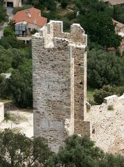 Château -  Tour de la première enceinte médiévale de la ville d'Hyères qui ne serait pas antérieure au XIIIe siècle. Cette tour, photographiée intra-muros, est la deuxième, en partant de l'ouest, qui flanquait la courtine venant prendre appui à l'angle nord-est du château proprement dit. Elle est ouverte à la gorge, ce qui empêchait un éventuel assaillant ayant pu franchir la courtine de pouvoir s'en servir pour sa propre défense.