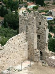 Château -  Tour de la première enceinte médiévale de la ville d'Hyères qui ne serait pas antérieure au XIIIe siècle. Cette tour, photographiée intra-muros, est la troisième, en partant de l'ouest, qui flanquait la courtine venant prendre appui à l'angle nord-est du château proprement dit. Elle est ouverte à la gorge, ce qui empêchait un éventuel assaillant ayant pu franchir la courtine de pouvoir s'en servir pour sa propre défense.