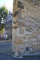 Eglise - Français:   Sarcophages coupés en réemploi dans le mur de l\'église d\'Aubignan