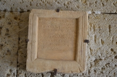 Chapelle de Notre-Dame-d'Aubune - Français:   Inscription latine à l\'entrée de la chapelle Notre-Dame-d\'Aubune, Beaumes-de-Venise, France. CIL XII, 1498: Quiescit in pace / ben(a)e memoriae Pymi/nius vixit an(no)s XXV mens/es III dies XXVII recessit / su(b di)e K(alendas) Iunias pos(t) co/nsulatum Veri / Venanti c(larissimi) c(onsulis) / in (a)et(er)num pax / tecum. CIL XII, 1498 (p 825) = ILCV 02256 = ICalvet 00216 = CAG-84-01, p 411.