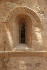 Chapelle de Notre-Dame-d'Aubune - Français:   France - Vaucluse - Beaumes-de-Venise - Notre-Dame d\'Aubune (art roman provençal): une fenêtre du chevet