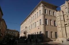 Palais épiscopal - Français:   Tribunal d\'Instance, à côté de la cathédrale à Carpentras.