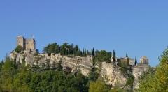Château (ruines) et rocher qui les porte - Français:   le chateau domine la vieille ville