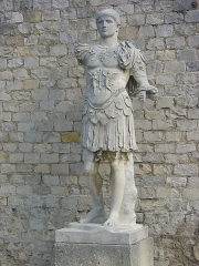 Théâtre romain -  Modern replica of the Domitianus statue, located in the Silver bust house, in La Villasse, Vaison-la-Romaine. The original statue, which was discovered in the theatre, is now in the museum: File:Domitian_Vaison-la-Romaine.jpg.