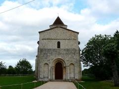 Eglise de la Chapelle-Saint-Robert - Français:   La façade occidentale et le portail, église Saint-Robert, Javerlhac-et-la-Chapelle-Saint-Robert, Dordogne, France.