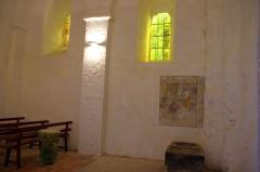 Eglise de la Chapelle-Saint-Robert - Deutsch:   Innenraum mit Taufbecken und restaurierter Freske der romanischen Kirche St Robert, La Chapelle Saint Robert, Javerlhac, Dordogne