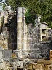 Ruines de l'ancienne chapelle de Fontroubade, appelée église Notre-Dame puis Sainte-Radegonde - Français:   Colonne dans les ruines de la chapelle de Fontroubade, Lussas-et-Nontronneau, Dordogne, France.