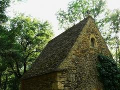 Château de Coulonges - Français:   Le toit en lauzes de la chapelle du château de Coulonges, Montignac, Dordogne, France.