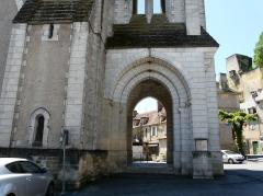 Eglise Saint-Pierre-ès-Liens - Français:   Le porche de l\'église Saint-Pierre-ès-Liens de Montignac vue de l\'ouest, Dordogne, France.