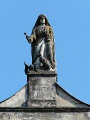 Couvent de Sainte-Marthe - Français:   La statue représentant sainte Marthe, toit du couvent Sainte-Marthe, Périgueux, Dordogne, France.