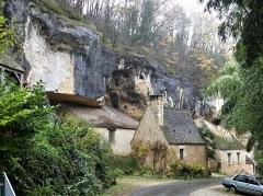 Grotte ornée de gravures prehistoriques, dite aussi Grotte du Sorcier - Français:   La falaise du roc de Saint-Cirq, Dordogne, France.