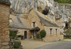 Grotte ornée de gravures prehistoriques, dite aussi Grotte du Sorcier - Français:   Ensemble troglodyte habité, à l\'entrée de la grotte du Sorcier, Saint Cirq, Dordogne.