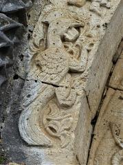 Eglise Saint-Martial - Français:   Sculpture en bas-relief de l\'archivolte du portail, église de Saint-Martial-de-Valette, Dordogne, France.