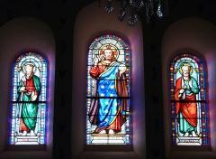 Eglise Saint-Ours - Français:   Vitraux du transept de l\'église Saint-Ours, Sainte-Orse, Dordogne, France. Représentation de Jésus, saint Paul (à gauche) et saint Pierre (à droite).