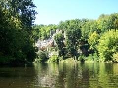 Gisement préhistorique de la Madeleine - Deutsch: La Madeleine vom Fluß aus gesehen