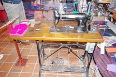 Château - Français:   Machine à coudre pour la fabrication des charentaises - musée des tisserands à Varaigne, Dordogne, France
