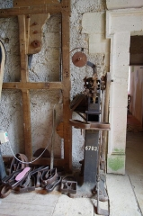 Château - Français:   Matériel pour la fabrication des charentaises - musée des tisserands à Varaigne, Dordogne, France