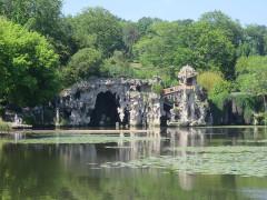 Parc et Grotte de Majolan - Deutsch: Park Majolan: Blick über den See auf die Grotte