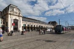 Gare de Bordeaux-Saint-Jean - English: Arrivée du tram en gare de Bordeaux-Saint-Jean (côté arrivées).