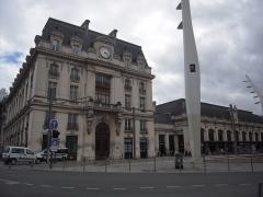 Gare de Bordeaux-Saint-Jean -  La gare de Bordeaux-Saint-Jean, située au bout du cours de la Marne, a été construite en 1855, sous le nom de gare du Midi.
