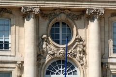 Immeuble -  Place de la Bourse, Bordeaux (33)   between 1730 and 1775 date QS:P,+1750-00-00T00:00:00Z/7,P1319,+1730-00-00T00:00:00Z/9,P1326,+1775-00-00T00:00:00Z/9  Place de la Bourse 10 (Detail)