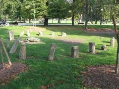 Jardin public -  Cromlech dans le jardin public de Bordeaux. Il proviendrait du site de Lervaut, près de Lesparre-Médoc.  Il a été installé dans le parc en 1875.